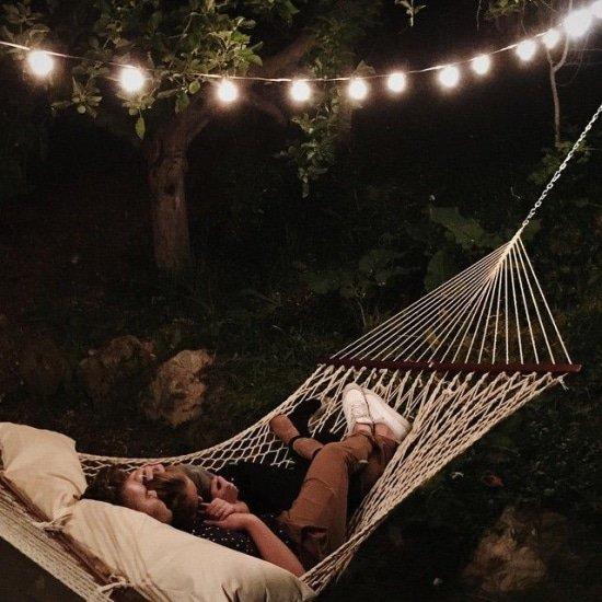 Buiten slapen in een hangmat levert een unieke jeugdherrinnering op
