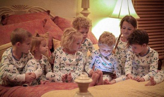 Gamen op de tablet tijdens regenachtige dagen in de zomervakantie