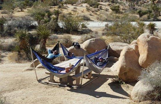 De Hammocraft op het droge is een hangstoelstandaard voor vijf personen